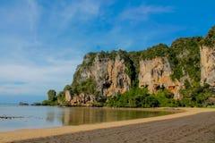 Σχηματισμοί βράχου ασβεστόλιθων παραλιών Sai Railay και τόνου σε Krabi, Ταϊλάνδη Στοκ Φωτογραφία