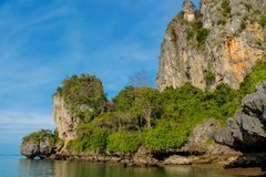 Σχηματισμοί βράχου ασβεστόλιθων παραλιών Sai Railay και τόνου σε Krabi, Ταϊλάνδη Στοκ φωτογραφία με δικαίωμα ελεύθερης χρήσης