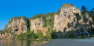 Σχηματισμοί βράχου ασβεστόλιθων παραλιών Sai Railay και τόνου σε Krabi, Ταϊλάνδη Στοκ Φωτογραφίες