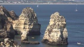 Σχηματισμοί βράχου στον ωκεάνιο κόλπο απόθεμα βίντεο