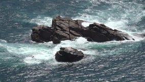Σχηματισμοί βράχου στον ωκεανό απόθεμα βίντεο