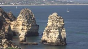 Σχηματισμοί βράχου στον ωκεανό φιλμ μικρού μήκους