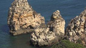Σχηματισμοί βράχου στο νερό απόθεμα βίντεο