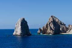 Σχηματισμοί βράχου συμπεριλαμβανομένης της EL Arco Στοκ φωτογραφία με δικαίωμα ελεύθερης χρήσης