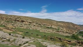 Σχηματισμοί βράχου ψαμμίτη κοντά στην πόλη Uplistsikhe σπηλιών απόθεμα βίντεο