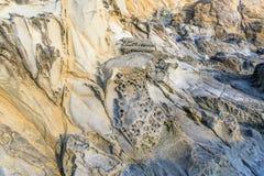 Σχηματισμοί βράχου Tafoni σε παράκτια Καλιφόρνια Στοκ Φωτογραφία