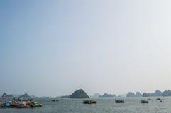 Σχηματισμοί και βάρκες ασβεστόλιθων στον ωκεανό στο μακρύ κόλπο εκταρίου στοκ φωτογραφία με δικαίωμα ελεύθερης χρήσης