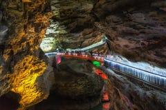 Σχηματισμοί και διάβαση πεζών σπηλιών Huanglong Στοκ Εικόνα