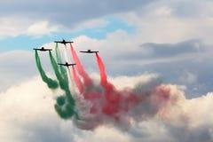 Σχηματισμός αεριωθούμενων αεροπλάνων με τον καπνό χρώματος στοκ φωτογραφία με δικαίωμα ελεύθερης χρήσης