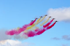 Σχηματισμός αεριωθούμενων αεροπλάνων με τον καπνό χρώματος στοκ εικόνες