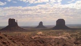 Σχηματισμός βράχου ερήμων και σύννεφο timelapse φιλμ μικρού μήκους
