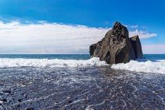Σχηματισμός βράχου και το ρέοντας νερό ενάντια στο μπλε ουρανό στοκ φωτογραφίες με δικαίωμα ελεύθερης χρήσης