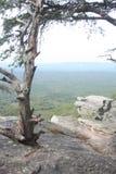 Σχηματισμός βράχου που αγνοεί την κοιλάδα στοκ φωτογραφίες με δικαίωμα ελεύθερης χρήσης
