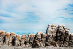Σχηματισμός βράχου στην ακτή μπροστά από τον ωκεανό στοκ φωτογραφίες με δικαίωμα ελεύθερης χρήσης