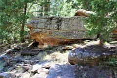 Σχηματισμός βράχου στη λίμνη φαραγγιών ξύλων, κομητεία Coconino, Αριζόνα, Ηνωμένες Πολιτείες στοκ εικόνα
