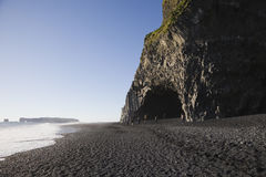 Σχηματισμός βράχου στη μαύρη παραλία Reynisfjara, Ισλανδία άμμου Στοκ Εικόνες