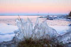 Σχηματισμός πάγου στην όχθη της λίμνης στοκ εικόνες