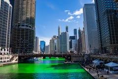 Σχηματισμός σύννεφων ενός χαμόγελου επάνω από τα πλήθη που μαζεύονται γύρω από έναν πράσινο βαμμένο ποταμό του Σικάγου στοκ εικόνα με δικαίωμα ελεύθερης χρήσης