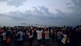 Σχηματισμός τεσσάρων αεροπλάνων που περνά μέσω της πυροτεχνικής επίδειξης απόθεμα βίντεο