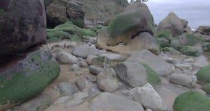 Σχηματισμός των βράχων σε μια παραλία στη θάλασσα Cantabric κοντά στους απότομους βράχους φιλμ μικρού μήκους