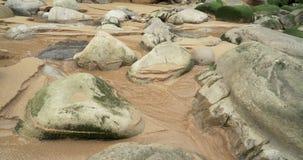 Σχηματισμός των βράχων σε μια παραλία στη θάλασσα Cantabric με τα ρεύματα arround οι βράχοι απόθεμα βίντεο