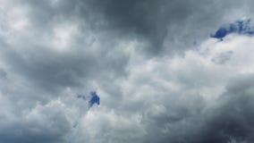 Σχηματισμός των σύννεφων θύελλας που κινούνται πέρα από τον ουρανό
