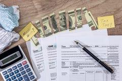 Σχισμένα δολάρια στη φορολογική μορφή, μάνδρα στοκ εικόνα