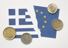 Σχισμένες ελληνικές και ευρωπαϊκές σημαίες με τα νομίσματα ευρώ και δραχμών Στοκ εικόνες με δικαίωμα ελεύθερης χρήσης