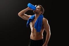 Σχισμένη γυμνόστηθος κατανάλωση αθλητικών τύπων μετά από το workout Στοκ Φωτογραφίες
