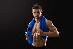 Σχισμένη γυμνόστηθος κατανάλωση αθλητικών τύπων μετά από το workout Στοκ Εικόνες