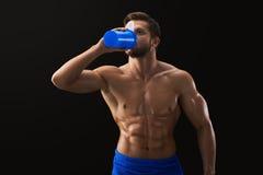 Σχισμένη γυμνόστηθος κατανάλωση αθλητικών τύπων μετά από το workout Στοκ Φωτογραφία