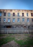σχισμένη επάνω φραγή αυλή κτηρίου διαμερισμάτων Στοκ φωτογραφία με δικαίωμα ελεύθερης χρήσης