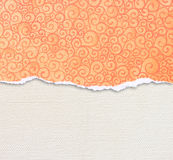 Σχισμένη πορτοκάλι άκρη εγγράφου με το σχέδιο πέρα από το υπόβαθρο καμβά στοκ εικόνες με δικαίωμα ελεύθερης χρήσης