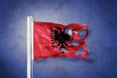 Σχισμένη σημαία της Αλβανίας που πετά στο κλίμα grunge Στοκ Εικόνες