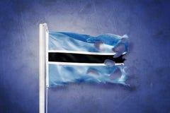 Σχισμένη σημαία της Μποτσουάνα που πετά στο κλίμα grunge Στοκ Φωτογραφίες