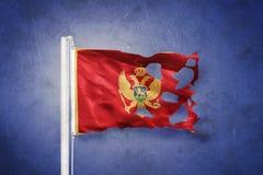 Σχισμένη σημαία του Μαυροβουνίου που πετά στο κλίμα grunge Στοκ Εικόνα