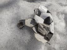Σχισμένη σφαίρα για το παιχνίδι του ποδοσφαίρου που βρίσκεται στο χιόνι στοκ εικόνες