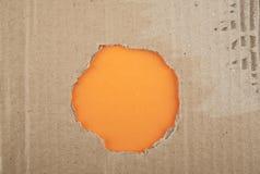 Σχισμένη τρύπα στο χαρτόνι Στοκ Φωτογραφίες