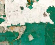 Σχισμένος από το έγγραφο από τις αγγελίες στον τοίχο ως υπόβαθρο στοκ εικόνες