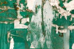 Σχισμένος από το έγγραφο από τις αγγελίες στον τοίχο ως υπόβαθρο στοκ εικόνες με δικαίωμα ελεύθερης χρήσης