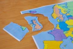 Σχισμένος χάρτης εγγράφου που συμβολίζει το UK που αφήνει την Ευρωπαϊκή Ένωση ή το Brexit στοκ εικόνες