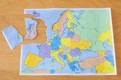 Σχισμένος χάρτης εγγράφου που συμβολίζει το UK που αφήνει την Ευρωπαϊκή Ένωση ή το Brexit στοκ εικόνα