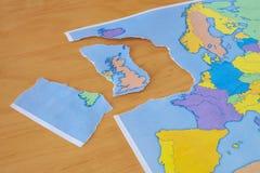 Σχισμένος χάρτης εγγράφου που συμβολίζει το UK που αφήνει την Ευρωπαϊκή Ένωση ή το Brexit στοκ φωτογραφία