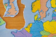 Σχισμένος χάρτης εγγράφου που συμβολίζει το UK που αφήνει την Ευρωπαϊκή Ένωση ή το Brexit στοκ εικόνα με δικαίωμα ελεύθερης χρήσης