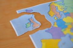 Σχισμένος χάρτης εγγράφου που συμβολίζει το UK που αφήνει την Ευρωπαϊκή Ένωση ή το Brexit στοκ εικόνες με δικαίωμα ελεύθερης χρήσης