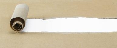 Σχισμένο καφετί έγγραφο για την άσπρη επιφάνεια Στοκ φωτογραφίες με δικαίωμα ελεύθερης χρήσης