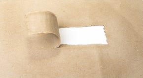 Σχισμένο κενό καφετί έγγραφο που αποκαλύπτει νέες προκλήσεις στοκ φωτογραφίες