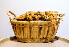 Σχοινί από το λάστιχο κύκλων στο καλάθι ινδικού καλάμου στον ξύλινο κύκλο tabl Στοκ φωτογραφία με δικαίωμα ελεύθερης χρήσης