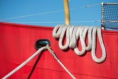 Σχοινί βαρκών στο ζωηρόχρωμο δεμένο αλιευτικό σκάφος στοκ φωτογραφία με δικαίωμα ελεύθερης χρήσης