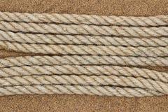 Σχοινί γιούτας στην άμμο θάλασσας Στοκ φωτογραφία με δικαίωμα ελεύθερης χρήσης